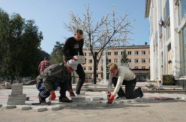 Работы по реконструкции центральной площади в поселке Черемушки