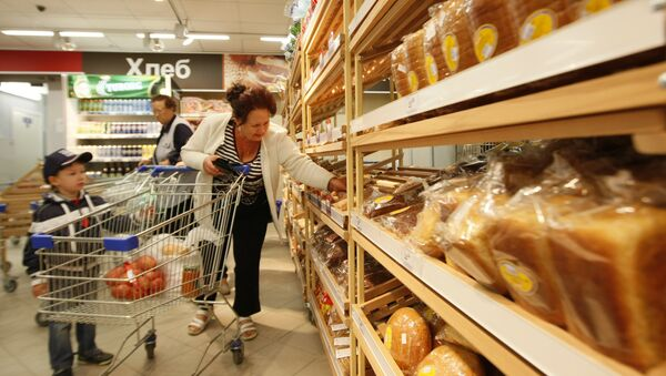 Продажа хлеба в супермаркете. Архивное фото