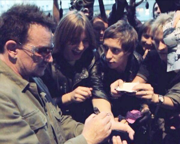 U2 раздали автографы целой армии своих поклонников в Москве