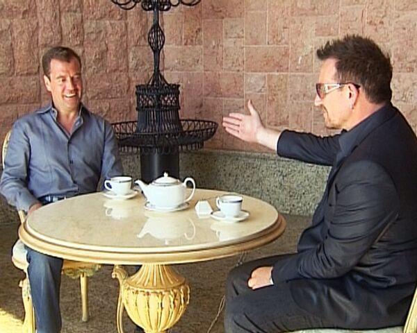 Боно привез Медведеву привет от Джобса и рассказал о борьбе со СПИДом