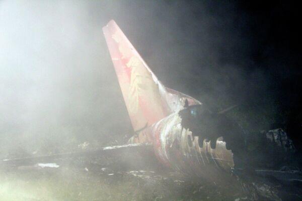 На месте крушения самолета авиакомпании Henan Airlines в Китае 24 августа 2010 года.