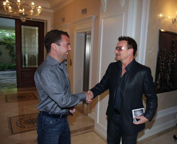 Президент РФ Д.Медведев и солист группы U2 Боно на встрече в Сочи