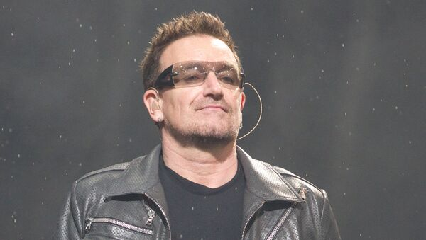 Солист ирландской группы U2 Боно во время концерта. Архивное фото