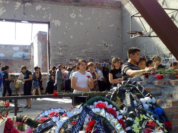 Траурные мероприятия в Бесланской школе пострадавшей в 2004 году от теракта