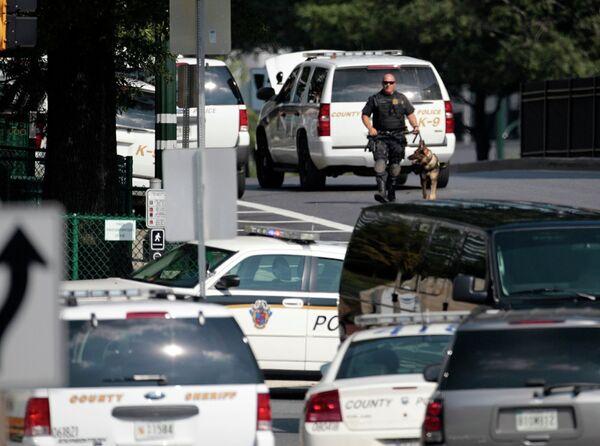 Полиция около здания телеканала Discovery Channel, где злоумышленник захватил заложников