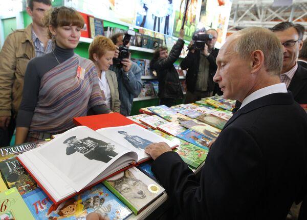 Премьер-министр РФ Владимир Путин посетил книжную ярмарку на ВВЦ