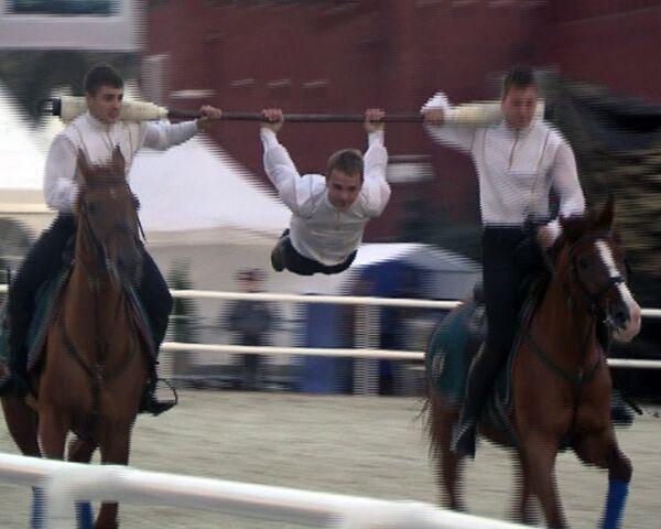 Акробатические трюки на лошадях показали курсанты на Красной площади