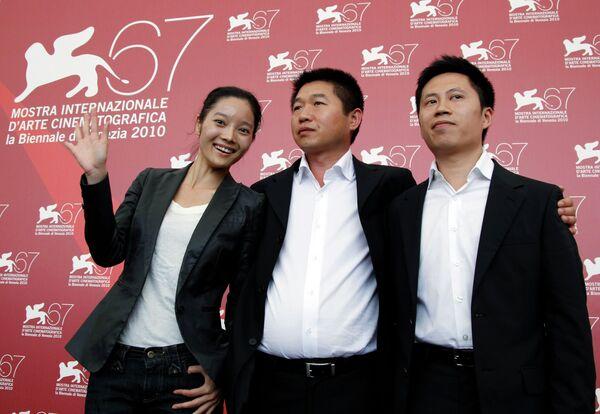 Китайский режиссер Вань Бинь (в центре) и актеры фильма Канава (The Ditch) на Венецианском кинофестивале