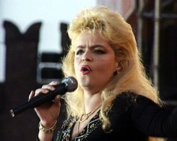 Лариса Долина выступает на Красной площади. 1992 год