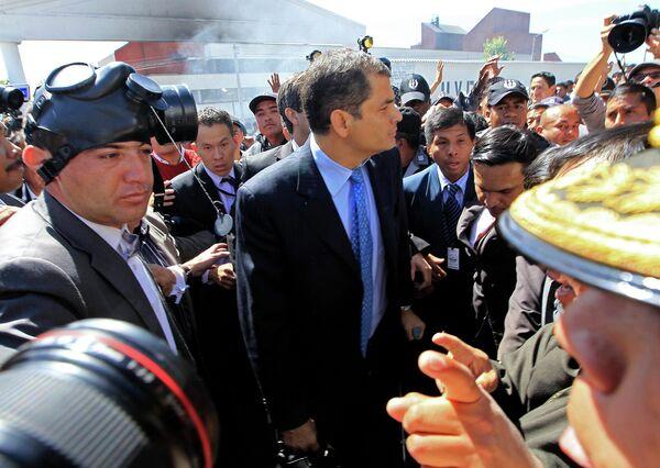 Президент Эквадора во время переговоров с митингующими полицейскими