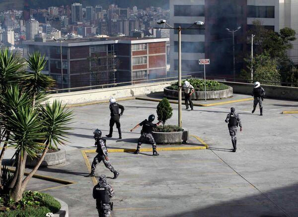 Бастующие полицейские Эквадора бросают камни в сторонников президента страны