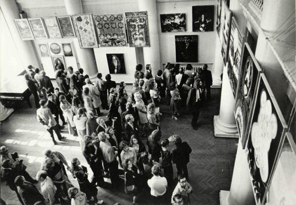 На ВВЦ бушуют некукольные страсти. Там открылась выставка-воспоминание «Невыносимая свобода творчества» о сенсационной экспозиции 1975 года.