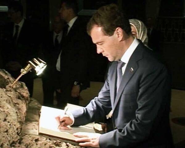 Медведев начал визит в Алжир с похода в музей