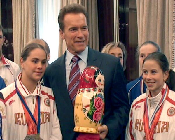 Шварценеггер навестил русских атлетов и получил матрешку