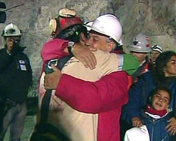 Первых чилийских шахтеров достали из-под земли