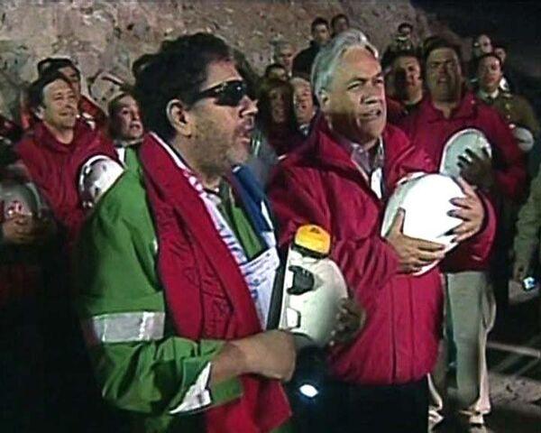 Последним из чилийских шахтеров на поверхность поднялся их бригадир