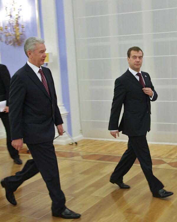 Президент РФ Д.Медведев и руководитель администрации президента РФ С.Собянин
