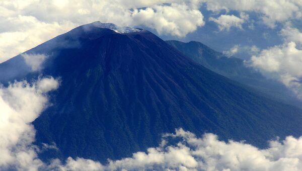 Вид на вулкан Мерапи с самолета. Архивное фото