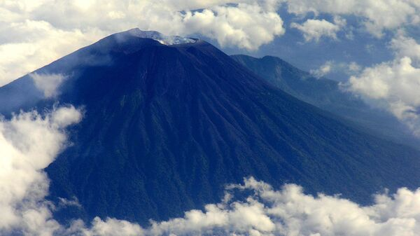 Вид на вулкан Мерапи с самолета. Архив