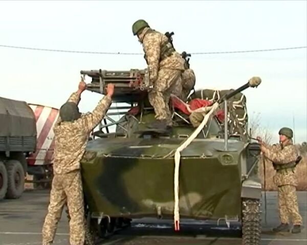Семитонные машины выбрасывают с воздуха на учениях войск ОДКБ