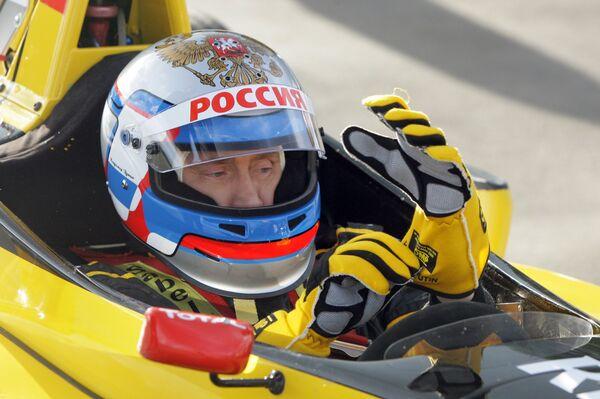 Премьер-министр РФ Владимир Путин попробовал себя в роли пилота Формулы-1