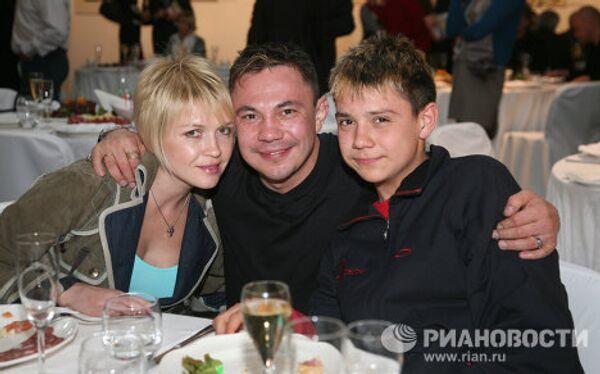 Костя Цзю с женой Натальей и сыном