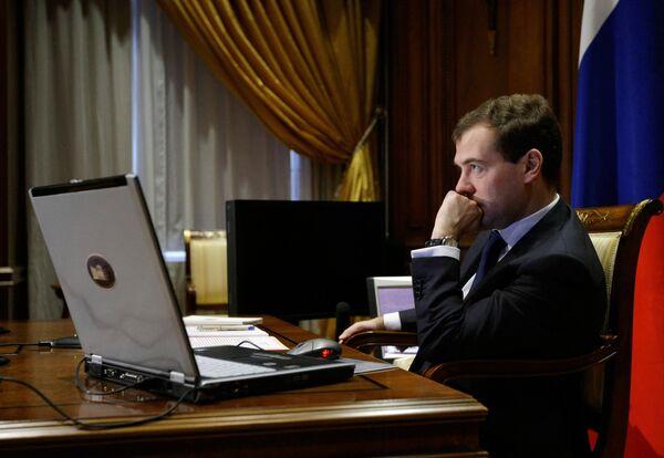 Президент РФ Дмитрий Медведев во время телемоста с губернатором Кемеровской области Аманом Тулеевым.