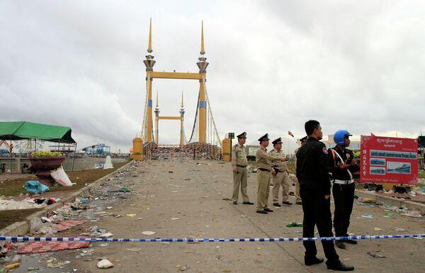 Полиция Камбоджи на мосту после произошедшей на празднике воды давки