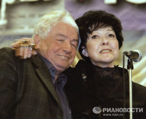 Писатель Владимир Войнович и поэтесса Белла Ахмадулина
