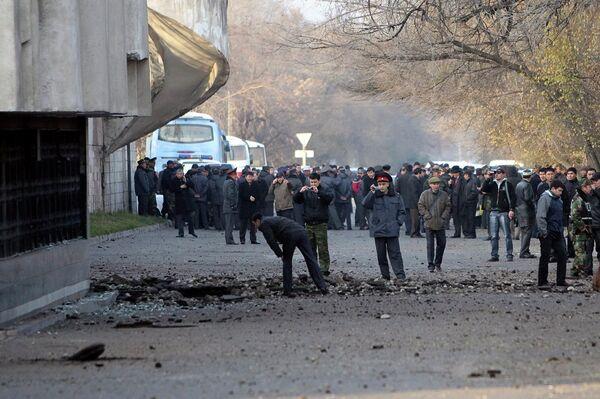 Сотрудники служб безопасности на месте взрыва в Бишкеке 30 ноября 2010 года