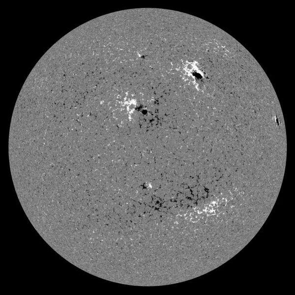 Изображение магнитного поля Солнца 10 декабря 2010 года.
