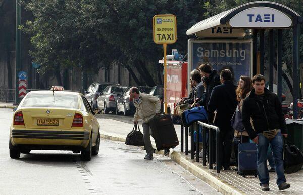 Люди ожидают такси во время забастовки общественного транспорта в Афинах