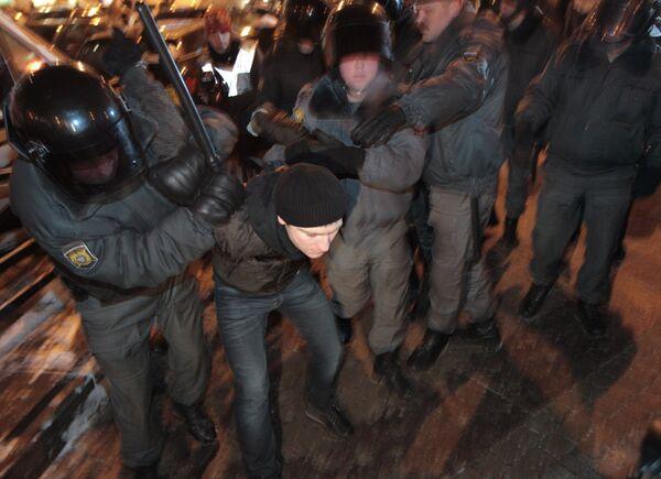 Сотрудники милиции задерживают участников. Архив