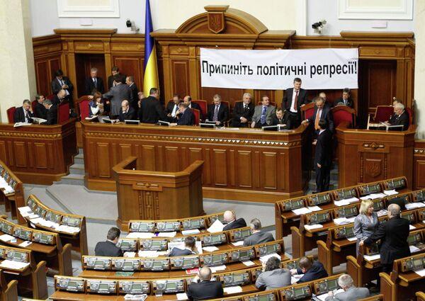 Представители Партии регионов и депутаты фракции БЮТ-Батькивщина  в зале парламента Украины
