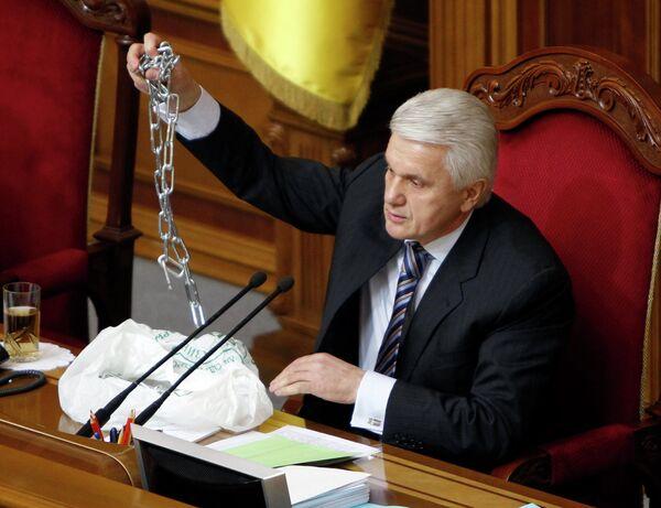 Глава Верховной Рады Украины Владимир Литвин показал цепь с которой народные депутаты пришли на заседание