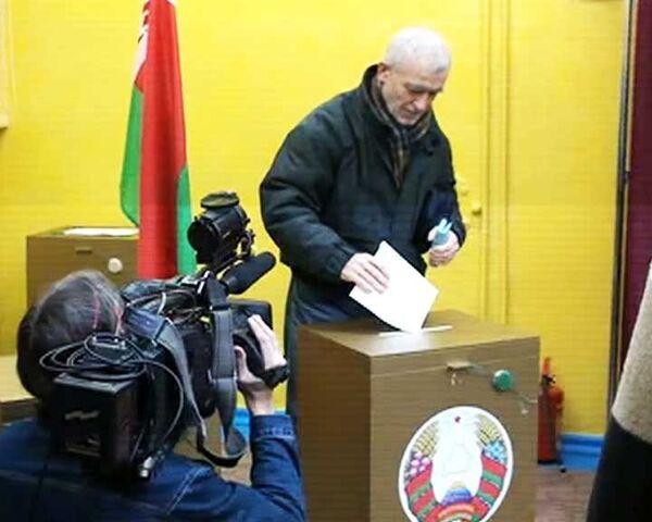 Жители Белоруссии голосуют на выборах президента