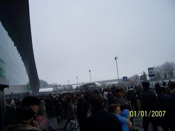 Пассажиры в аэропорту Домодедово, где было нарушено электроснабжение