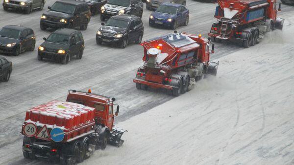 Колонна снегоуборочной техники ликвидирует последствия снегопада на Садовом кольце в Москве
