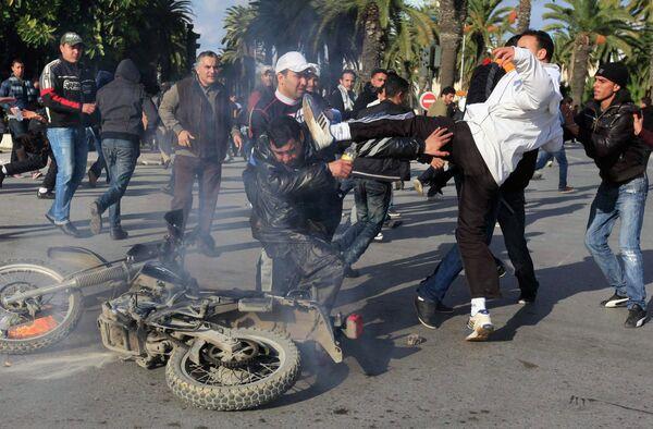 Массовые беспорядки в Тунисе