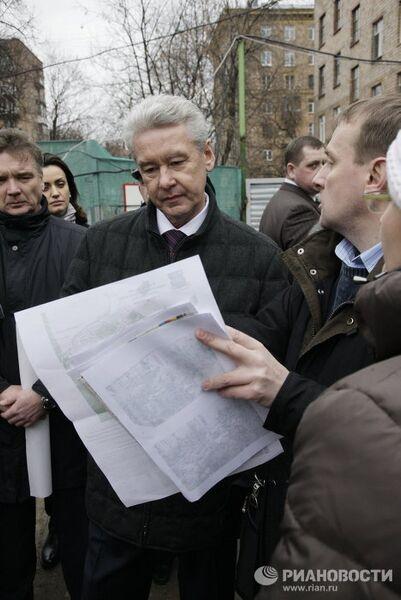 Мэр Москвы Сергей Собянин посетил место строительства детского сада в одном из московских дворов