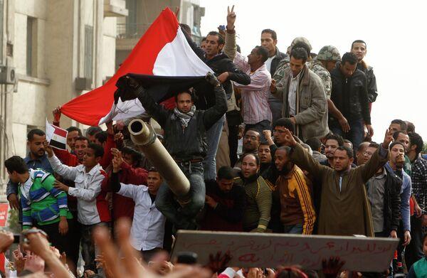Демонстранты на площади Тахрир в центре Каира