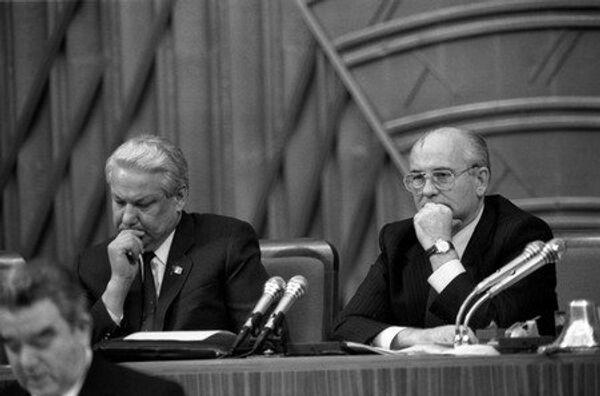 Председатель Верховного Совета РСФСР Борис Ельцин и Президент СССР Михаил Горбачев в президиуме съезда