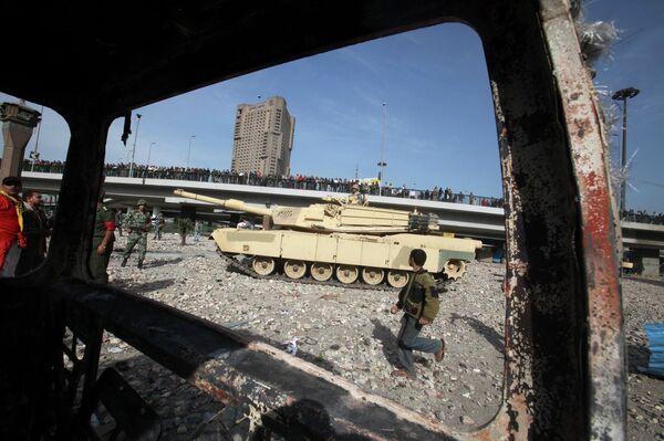 Военная техника на улице Каира во время столкновений сторонников и противников Хосни Мубарака