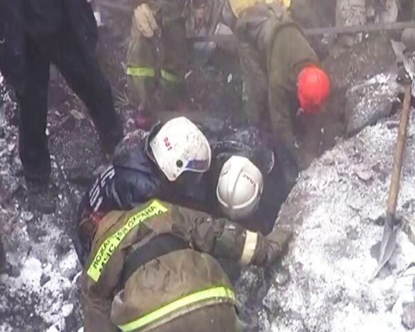 Спасатели ищут одного человека под завалами рухнувшей крыши цеха