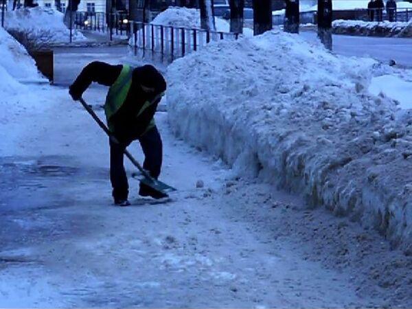 Дворники Вологды разгребают сугробы – последствия сильного снегопада