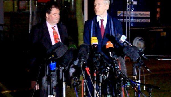 На встрече с прессой Ассанж предложил прокурору дать показания на суде