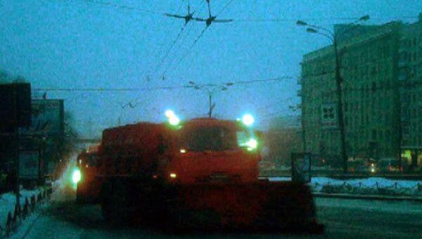 На столичных магистралях вновь работают колонны снегоуборочных машин