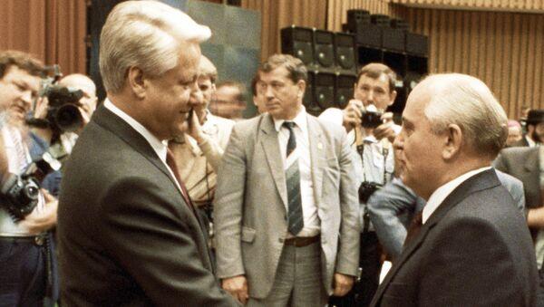 Президент СССР Михаил Горбачев поздравляет Бориса Ельцина с его вступлением в должность Президента РСФСР. Архивное фото