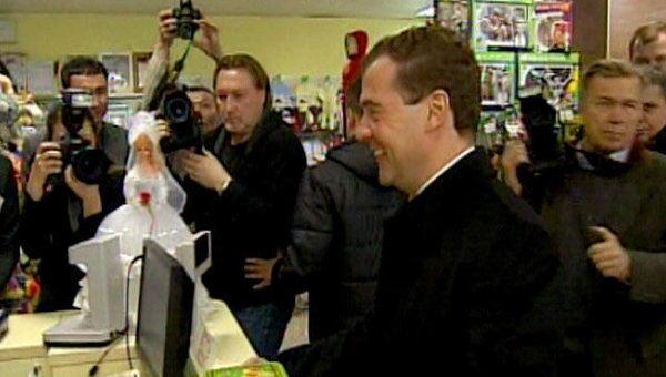 Медведев купил в Элисте китайские шахматы и российское лото