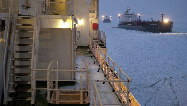 Атомный ледокол Вайгач проводит караван судов в Финском заливе. Архив